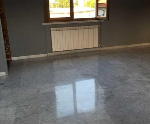 pavimento in marmo scuro con decori e fregi